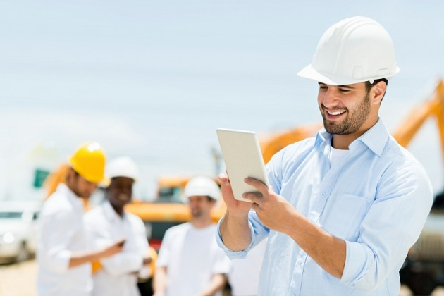 sized_Construction-worker-using-ipad